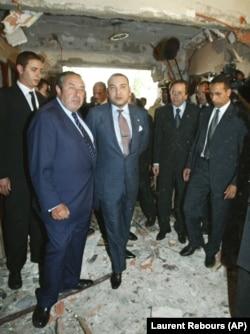 محمد ششم در محل انفجار انتحاری در مرکز یهودیان در سال ۲۰۰۳؛ این انفجار دو کشته بر جا گذاشت