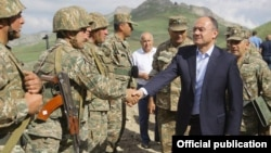 Arxiv fotosu, Müdafiə naziri Seyran Ohania (mülki formada) əsgərlərlə görüşür. 19 iyun 2014.