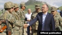 Ermənistan - Ohanyan erməni əsgərləri ilə görüşür - Azərbaycan sərhədindəki bazada, 19 iyun, 2014