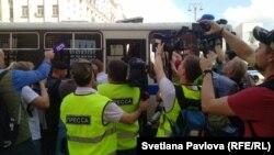 Мәскеу орталығында полиция тұрғындарды ұстап, автобусқа отырғызып жатыр. 27 шілде 2019 жыл.