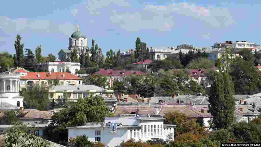 Владимирский собор, также известный как усыпальница адмиралов, возвышается над Центральной горкой