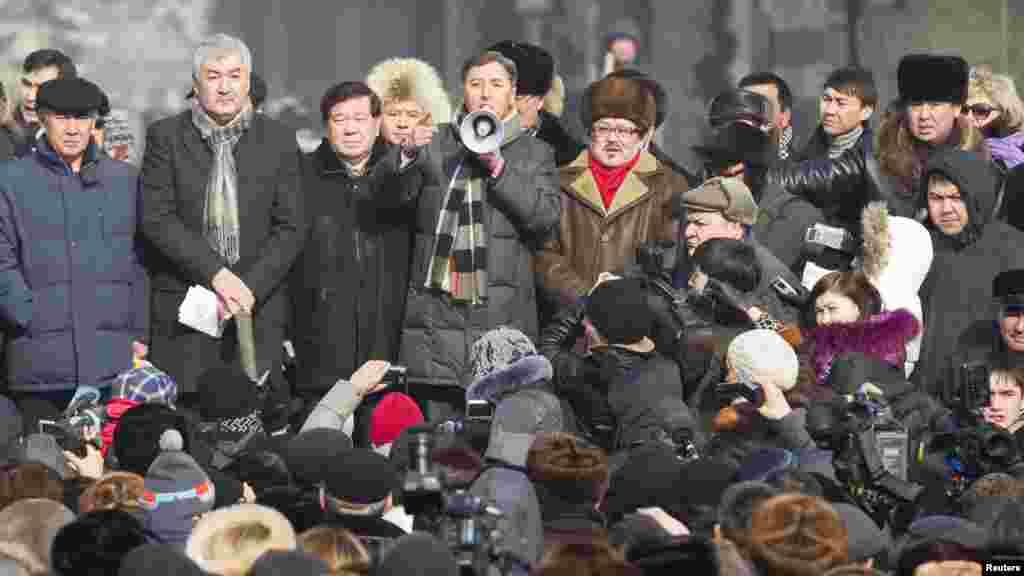 Лидеры оппозиции (слева-направо) Жармахан Туякбай, Амиржан Косанов, Мухтар Шаханов и Болат Абилов выступают перед своими сторонниками. Алматы, 28 января 2012 года.