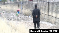 Акжол Азаев, житель Ала-Букинского района Джалал-Абадской области, на кладбище, где ненадолго была похоронена его жена. 19 октября 2016 года.