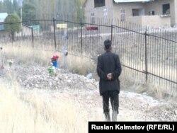 Кыргызский аксакал стоит у могилы своей жены-баптистки, которую пришлось перезахоранивать из-за требований односельчан-мусульман. Алабукинский район Джалалабадской области, 19 октября 2016 года.