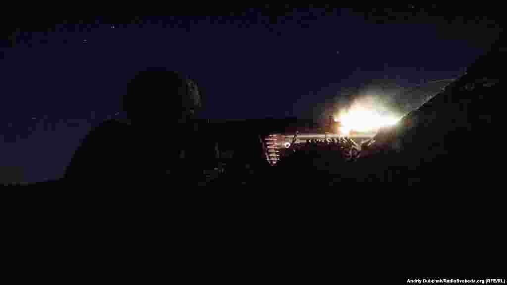 Матрос морської піхоти під час нічного бою поблизу селища Водяне, що під Маріуполем, 20 червня 2018 року ВІДЕО БОЮ
