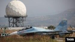 Сириядағы Хмеймим әуе базасында тұрған Ресейдің Су-30 жойғыш ұшағы.