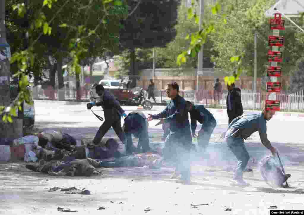 АВГАНИСТАН - Во две експлозии во Кабул во близина на седиштето на разузнавачката служба загинаа најмалку 25 лица, меѓу кои и двајца новинари на Радио Слободна Европа, Абдулах Хананзаи и Мохарам Дурани, како и уште 5 медиумски работници. Во нападите повредени биле и 45 лица, меѓу кои и уште еден новинар на Радио Слободна Европа, Сабвун Какар.