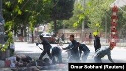 Афганские полицейские оказывают помощь раненным в результате взрыва журналистам. Кабул, апрель 2018 года