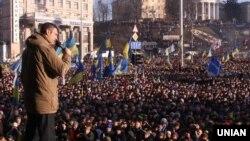 """""""УДАР"""" оппозициялық партиясының жетекшісі Виталий Кличко демонстранттар алдында сөйлеп тұр. Киев, 29 желтоқсан 2013 жыл."""