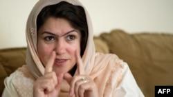 Ауғандық құқық қорғаушы Фаузия Куфи журналистерге сұхбат беріп отыр. Кабул, 3 мамыр 2012 жыл.