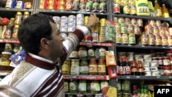 به گزارش بانک مرکزی قیمت خوراکیها و آشامیدنیها در تیرماه ۹۳ به نسبت سال گذشته ۵۲ درصد افزایش یافتهاست