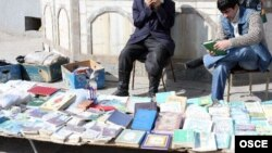 Продажа религиозной литературы у здания мечети. Иллюстративное фото.