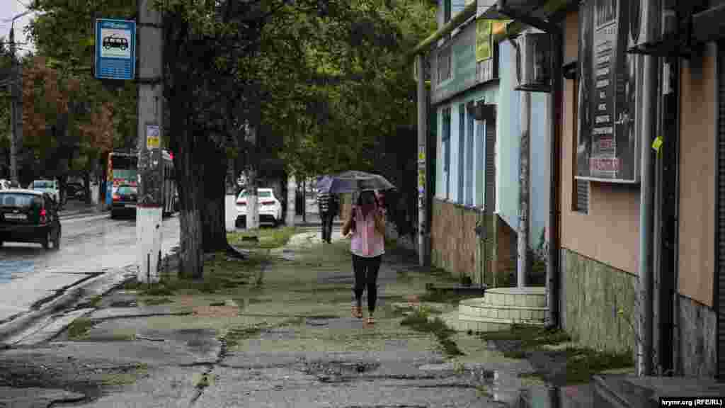 Сильные дожди, грозы и шквальный ветер принес в Крым южный циклон