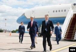 Госсекретарь Керри прибыл в Киев. На переднем плане посол США на Украине Джеффри Пайетт