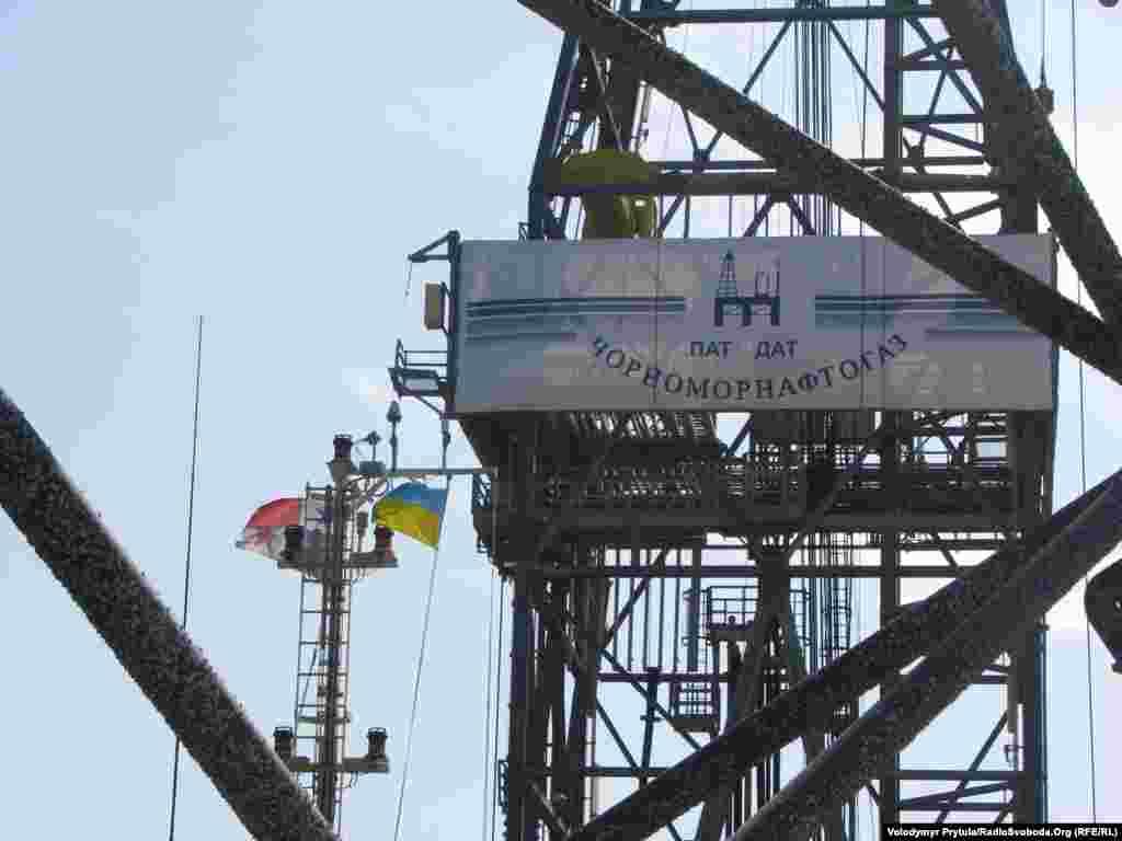 Український прапор над установкою підняли ще в Туреччині, де її монтували після транспортування із Сингапуру.