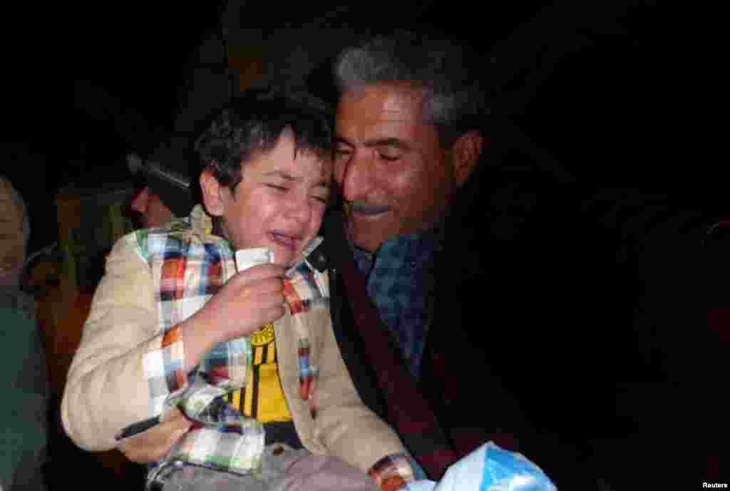 Несмотря на то, что большинство похищенных детей боевики тренируют в качестве солдат, мальчику повезло и он оказался в приюте. На фото – Айман в момент воссоединения с родственниками.