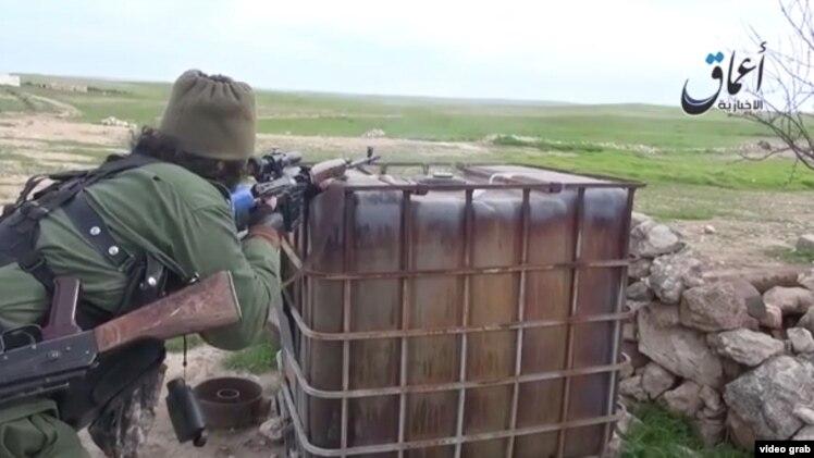 """Скриншот размещенного в Сети видео, показывающего русскоговорящих боевиков группировки """"Исламское государство"""" недалеко от города Кобани."""