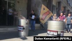"""Aktivisti Inicijative su ispred Gradske uprave zapalili vatru u dva limena bureta na kojima je ostavljen natpis """"Pozdrav iz Vinče"""""""