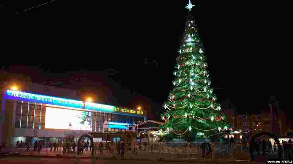 Главная новогодняя елка города на площади имени Ленина