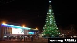 Новогодняя елка на центральной площади Симферополя