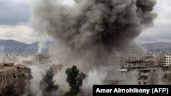 У места бомбового удара в Восточной Гуте, осажденном районе в пригороде Дамаска. 22 февраля 2018 года.
