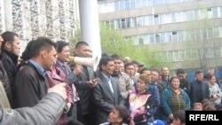 К.Бакиевдин өлкөдөн чыгып кетүүсүнө нааразы болгон эл УТРКнын жанында митинг өткөрүп жатышат. Бишкек. 2010-жылдын 16-апрели