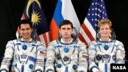 Экипаж 16 экспедиции на МКС. (Слева направо) Музафар Шукор, Юрий Маленченко, Пегги Уитсон