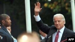 Zoti Bajden duke përshëndetur para Kuvendit të Kosovës...