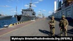 Корабель НАТО BGS Shkval 62 та українські військові на морському вокзалі в Одесі