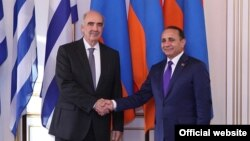 Председатель парламента Армении Овик Абрамян (справа) и глава парламента Греции Вангелис Меймаракис (слева), Ереван, 25 февраля 2014 г. (Фотография – пресс-служба Национального Собрания Армении)