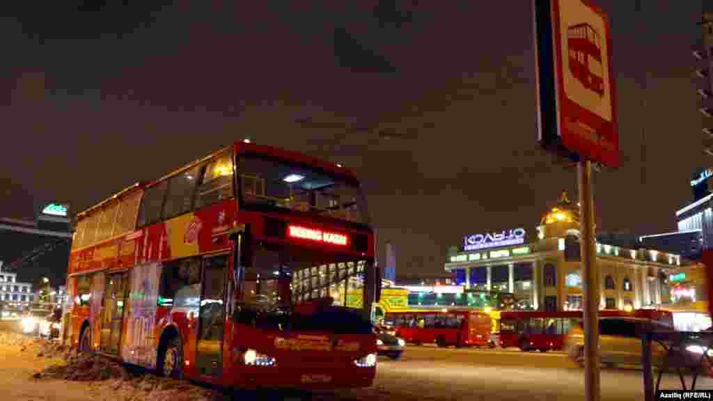 Башкала үзәгендә туристларны көтүче ике катлы экскурсия автобусы
