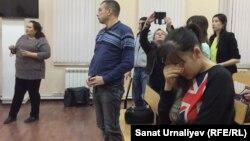 Жительница Уральска Зарина Досмухамбетова (на переднем плане) во время оглашения приговора. Уральск 23 ноября 2017 года.