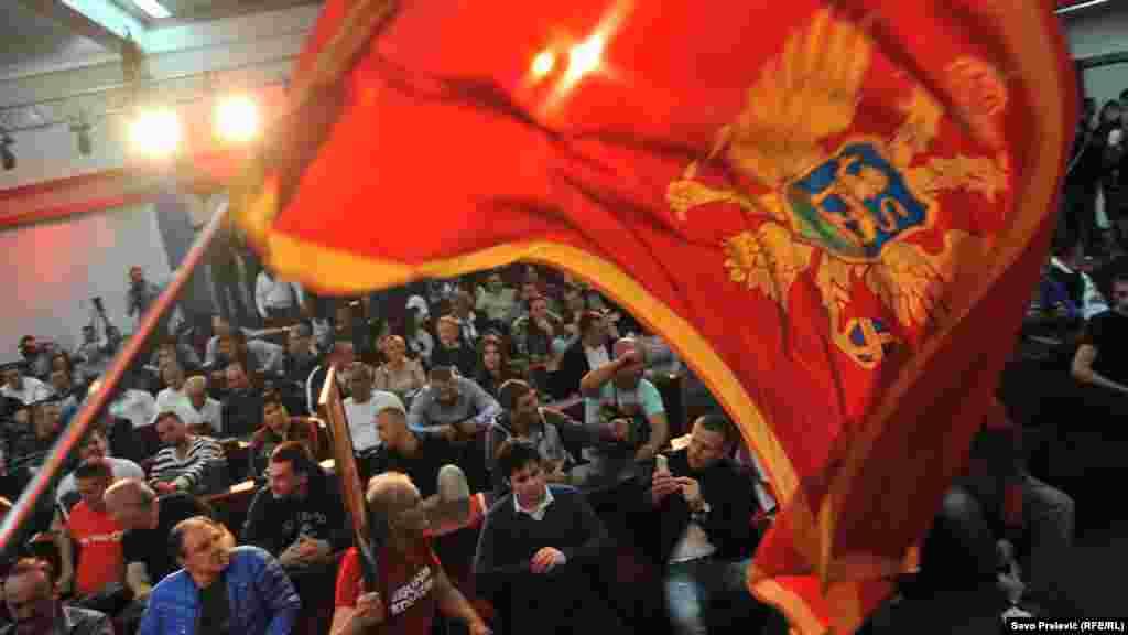 Митинг черногорской Демократической партии социалистов после оглашения первых итогов голосования. Подгорица, 16 октября 2016 года.