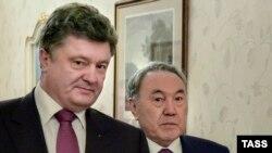 Қазақстан президенті Нұрсұлтан Назарбаев (оң жақта) пен Украина президенті Петр Порошенко. Киев, 22 желтоқсан 2014 жыл.