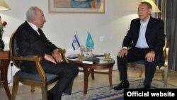 Қазақстан президенті Нұрсұлтан Назарбаев пен Израиль президенті Шимон Перестің кездесуі. Сурет akorda.kz сайтынан алынды.