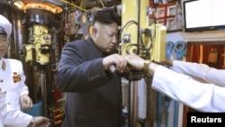 Түндүк Кореянын лидери Ким Чен Ын суу алдында жүрүүчү кемеде.
