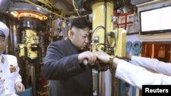Солтүстік Корея лидері Ким Чен Ын сүңгуір кеменің перископынан қарап тұр. (Көрнекі сурет)