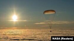 Модуль для спуска «Союз МС-06» в небе над Казахстаном, 28 февраля 2018 год