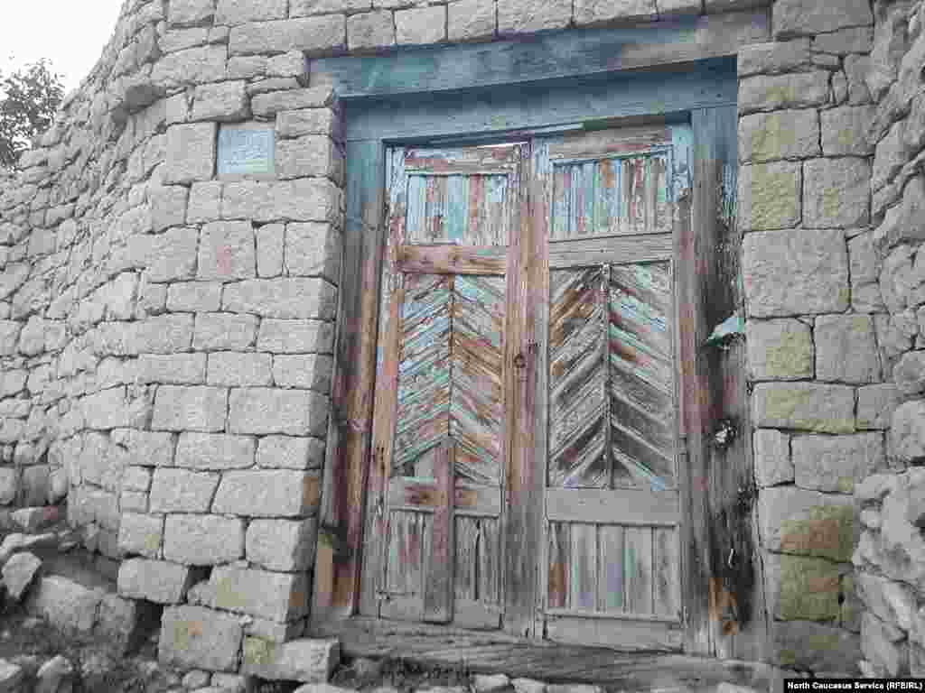 """В кладке стены у ворот почти всех домов установлены камни с высеченной надписью на арабском: """"Во имя Аллаха, Милостивого, Милосердного"""""""