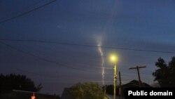 """Свечение в ночном небе, которое пользователи Facebook называют следом от запущенной российскими военными ракеты """"Тополь"""". Западно-Казахстанская область, 20 мая 2014 года. Фото со страницы пользователя Lukpan Akhmediyarov в социальной сети Facebook."""