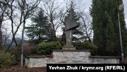 Монумент в честь 40-летия Победы установлен на средства военного санатория