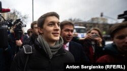 Egor Jukov în fața instanței de la Moscova, imediat după eliberare