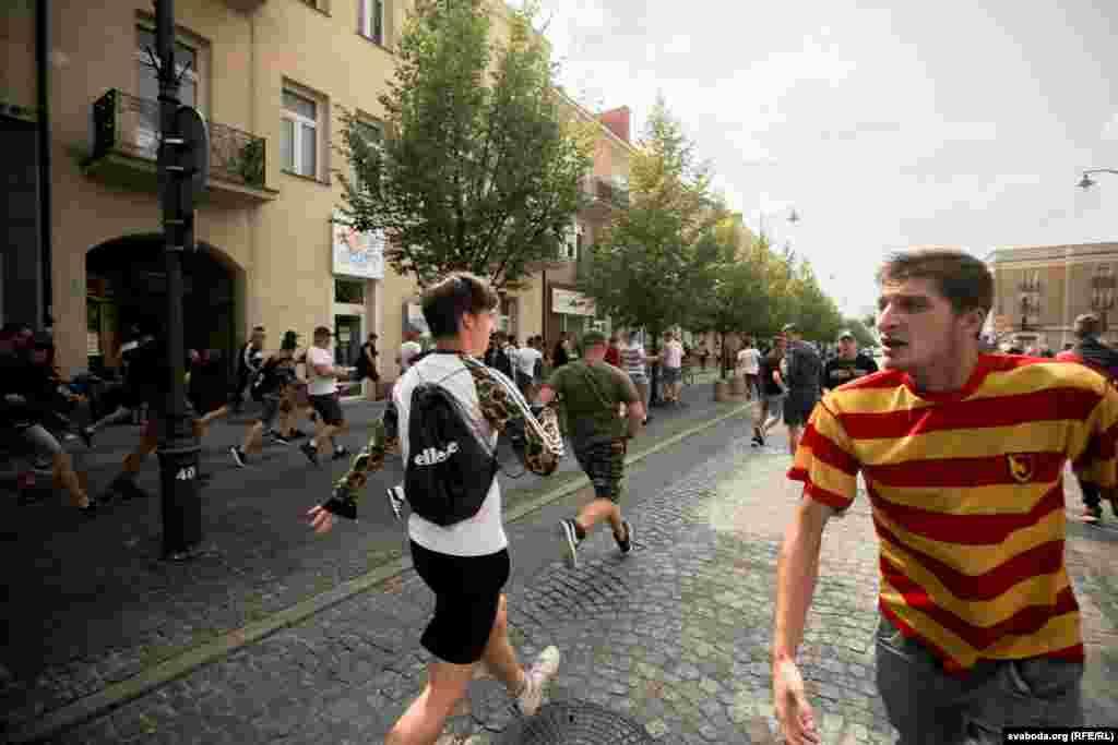 Фанаты беластоцкага футбольнага клюбу «Ягелёнія» прыйшлі ў цэнтар гораду выказаць пратэст супраць гей-параду. Разам зь імі фанаты іншых футбольных клюбаў у розных польскіх гарадоў.