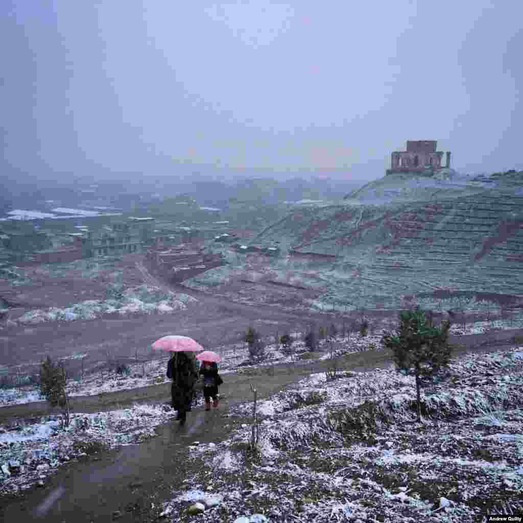 """Килти рассказывает, что его жизнь в Афганистане """"намного нормальней, чем можно было ожидать"""". Однако всегда стоит быть на чеку. """"Здесь можно жить нормальной жизнью, но всегда есть этот край, о котором невольно постоянно задумываешься"""". На фото – снегопад в Кабуле"""