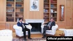 Наблюдатели ожидают, что скандал вокруг КС утихнет к концу сентября, когда истекает срок полномочий Георгия Папуашвили и поддержавших его трех судей