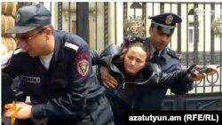 Ոստիկանները խաղաղ պայմաններում զոհված զինվորների մայրերին բռնի ուժով մի մայթից մյուսն են տանում, 13-ը մայիսի, 2015թ.