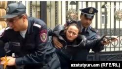 Полицейские силой оттаскивают протестующих матерей с тротуара перед резиденцией президента Армении, Ереван, 13 мая 2015 г․