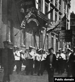 Марш кронштадтских моряков в Петрограде (так назывался Санкт-Петербург с 1914 по 1924 год) летом 1917 года, после свержения царя Николая II.