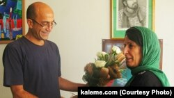سیامک قادری در تصویر پس از آزادی از زندان در تیر ماه، در دیدار با پروین فهیمی مادر سهراب اعرابی (عکس از وبسایت کلمه)