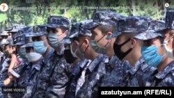 Полицейские перед зданием парламента, Ереван, 16 июня 2020 г.